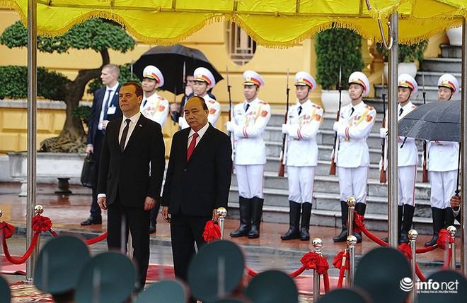 Toàn cảnh lễ đón chính thức Thủ tướng Nga Medvedev thăm Việt Nam - Ảnh 2.