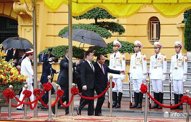 Toàn cảnh lễ đón chính thức Thủ tướng Nga Medvedev thăm Việt Nam - Ảnh 4.