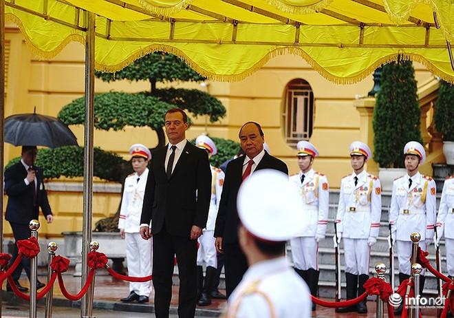 Toàn cảnh lễ đón chính thức Thủ tướng Nga Medvedev thăm Việt Nam - Ảnh 6.