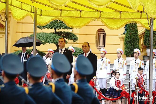 Toàn cảnh lễ đón chính thức Thủ tướng Nga Medvedev thăm Việt Nam - Ảnh 8.