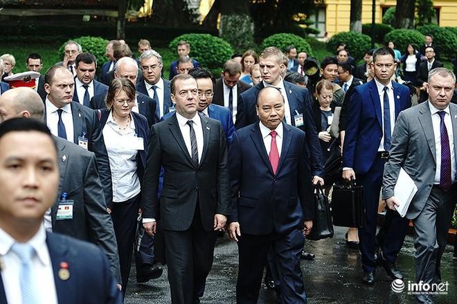 Toàn cảnh lễ đón chính thức Thủ tướng Nga Medvedev thăm Việt Nam - Ảnh 9.