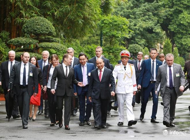 Toàn cảnh lễ đón chính thức Thủ tướng Nga Medvedev thăm Việt Nam - Ảnh 10.