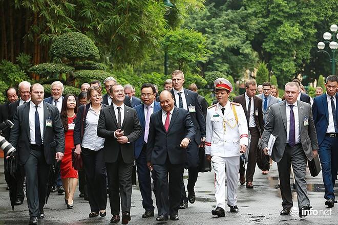 Toàn cảnh lễ đón chính thức Thủ tướng Nga Medvedev thăm Việt Nam - Ảnh 11.