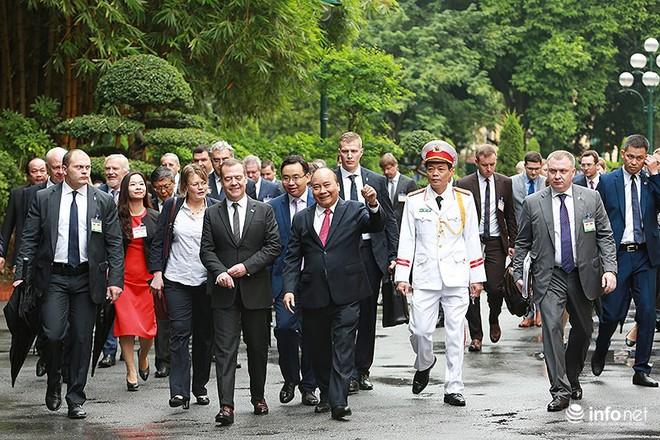 Toàn cảnh lễ đón chính thức Thủ tướng Nga Medvedev thăm Việt Nam - Ảnh 12.