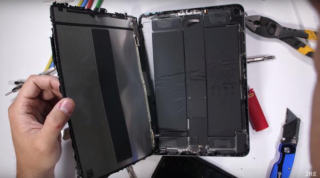 iPad Pro 2018 cực dễ bị gẫy gập như một mẩu bánh, sức trẻ con cũng bẻ được - Ảnh 2.
