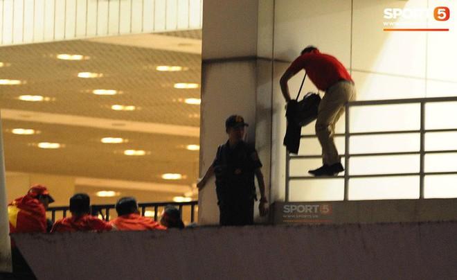 Một nhân viên an ninh bị sa thải do nhận tiền để đưa khán giả vào sân trái phép - Ảnh 1.