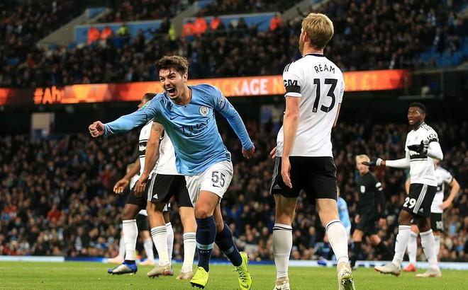 Lập cú đúp trong ngày ra mắt, ngôi sao 19 tuổi đưa Man City tiến gần chiếc cúp đầu tiên