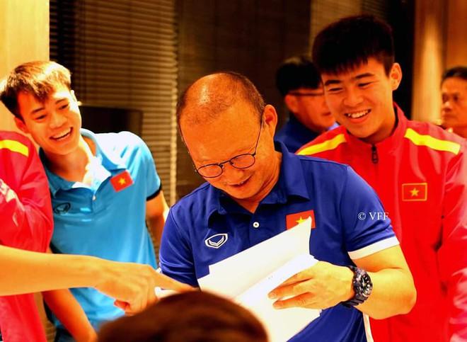 HLV Park Hang-seo liên tục nói không trước món quà của các cầu thủ trước trận gặp Myanmar - Ảnh 3.