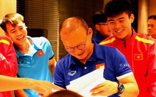 """HLV Park Hang-seo liên tục nói """"không"""" trước món quà của các cầu thủ trước trận gặp Myanmar"""
