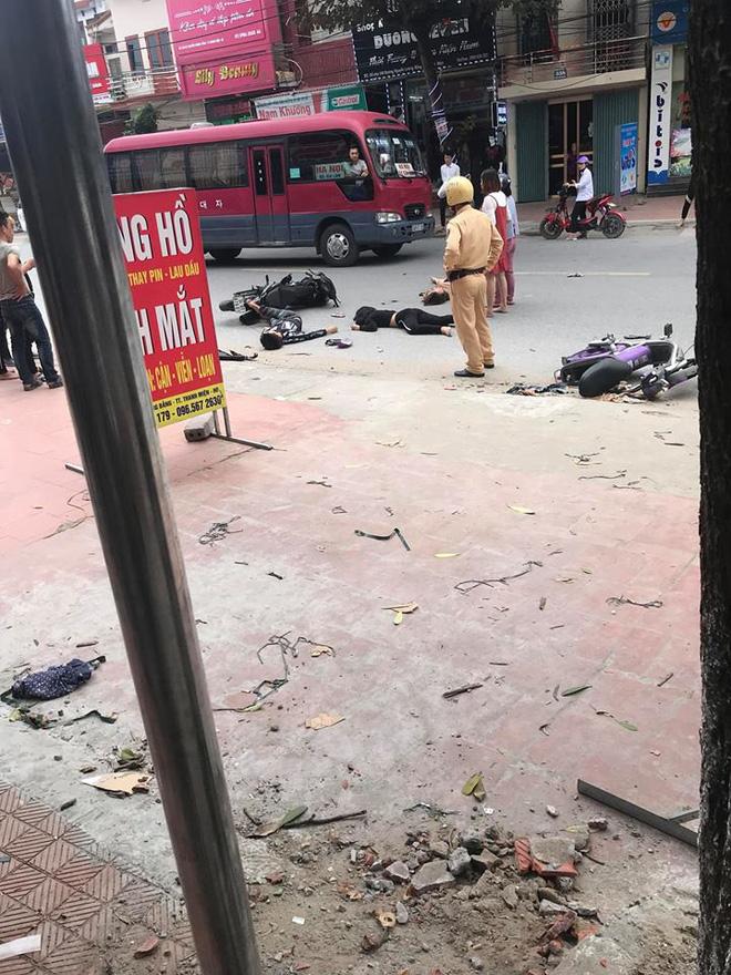 Hiện trường tai nạn xe đạp điện ở Hải Dương: Người nằm sấp, người nằm ngửa la liệt trên đường - Ảnh 2.