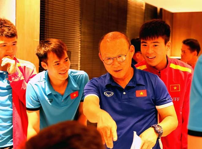 HLV Park Hang-seo liên tục nói không trước món quà của các cầu thủ trước trận gặp Myanmar - Ảnh 2.