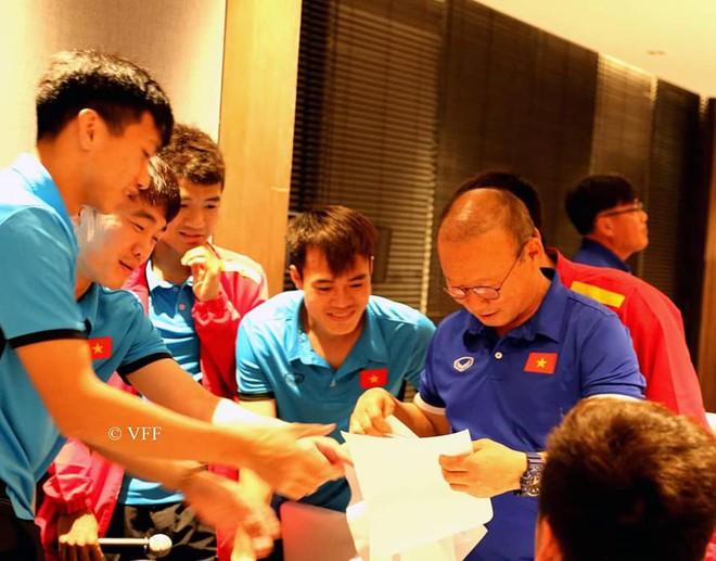 HLV Park Hang-seo liên tục nói không trước món quà của các cầu thủ trước trận gặp Myanmar - Ảnh 1.