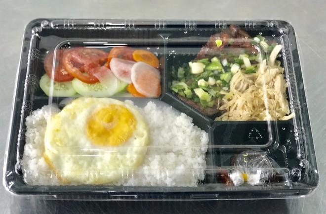 Ăn thức ăn hàng quán có nguy cơ bị mắc viêm đại tràng nếu chế biến và thực phẩm không đảm bảo