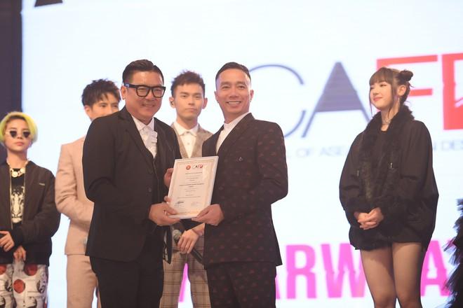NTK Đỗ Trịnh Hoài Nam, ca sĩ Isaac gây ấn tượng tại sự kiện thời trang lớn ở Malaysia - Ảnh 2.