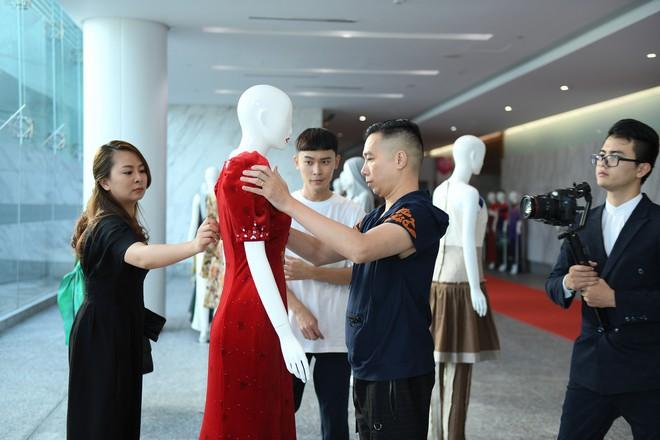 NTK Đỗ Trịnh Hoài Nam, ca sĩ Isaac gây ấn tượng tại sự kiện thời trang lớn ở Malaysia - Ảnh 6.