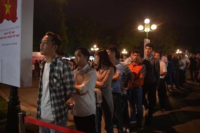 Người dân xếp hàng đến khuya, trải nghiệm và xuống tiền mua VinFast Klara - Ảnh 4.