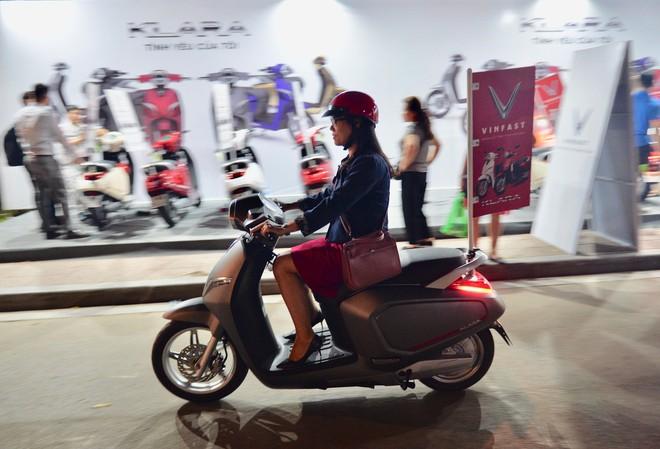Người dân xếp hàng đến khuya, trải nghiệm và xuống tiền mua VinFast Klara - Ảnh 8.