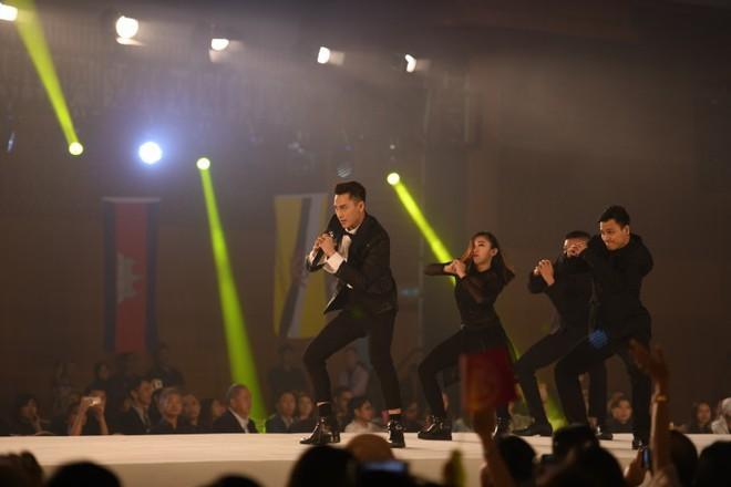 NTK Đỗ Trịnh Hoài Nam, ca sĩ Isaac gây ấn tượng tại sự kiện thời trang lớn ở Malaysia - Ảnh 9.