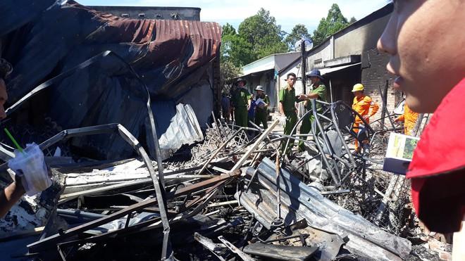 Đám cháy lại bốc lên sau vụ lật xe bồn chở xăng 6 người chết ở Bình Phước - Ảnh 2.