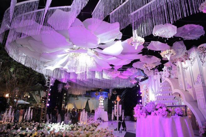 Cô dâu đeo vàng nặng trĩu trong đám cưới chi 2,5 tỷ tiền bắc rạp, trang trí 100% hoa tươi - Ảnh 4.
