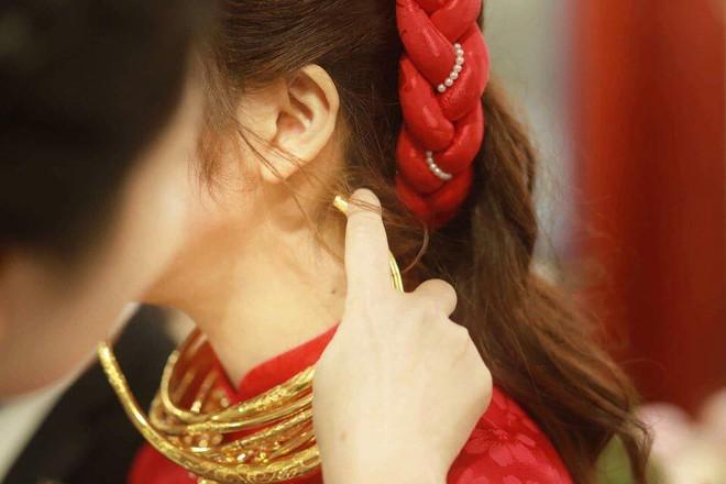 Cô dâu đeo vàng nặng trĩu trong đám cưới chi 2,5 tỷ tiền bắc rạp, trang trí 100% hoa tươi - Ảnh 1.