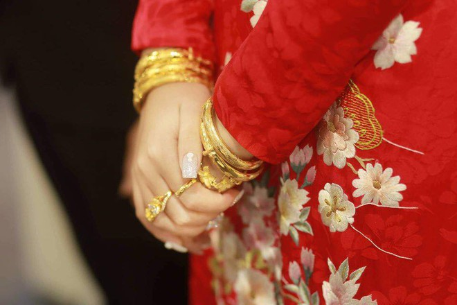Cô dâu đeo vàng nặng trĩu trong đám cưới chi 2,5 tỷ tiền bắc rạp, trang trí 100% hoa tươi - Ảnh 2.