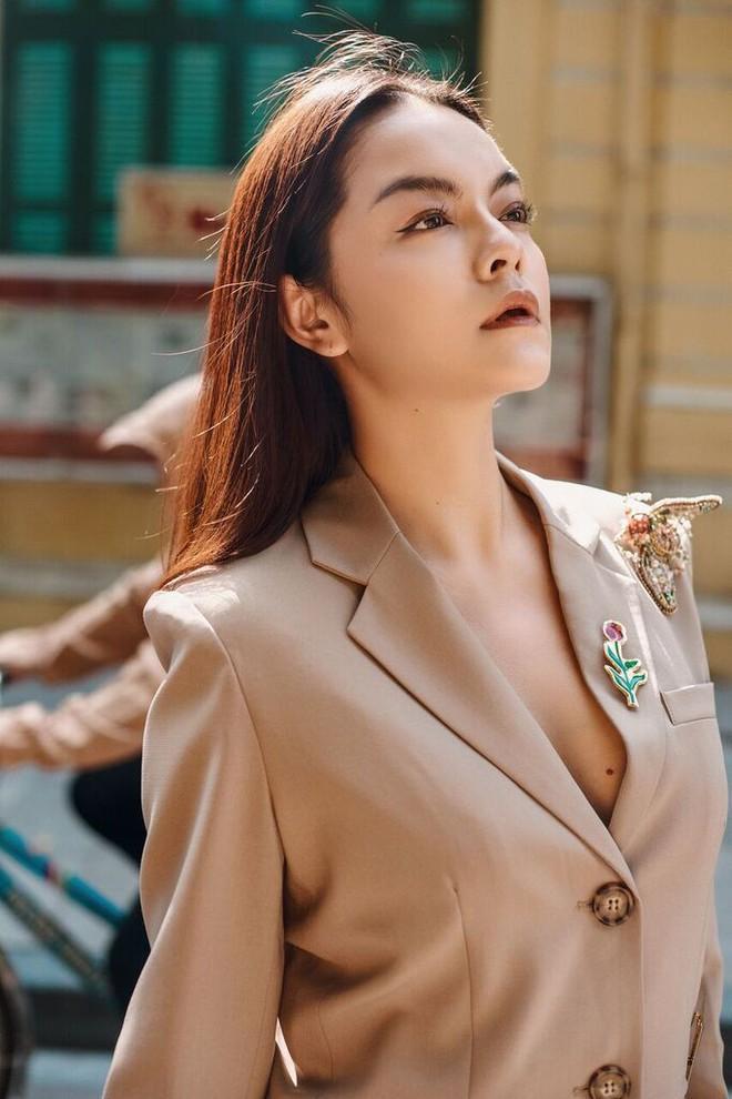 Phạm Quỳnh Anh tạo dáng sexy giữa chợ rau ở Hà Nội - Ảnh 2.