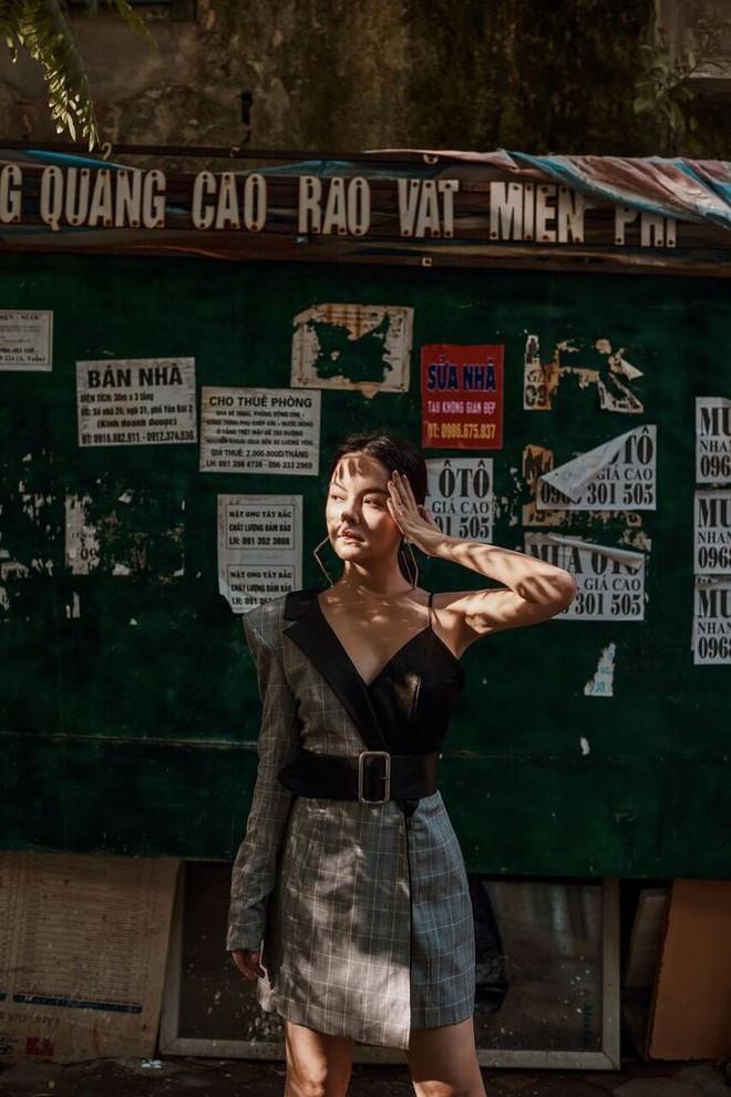 Phạm Quỳnh Anh tạo dáng sexy giữa chợ rau ở Hà Nội - Ảnh 9.