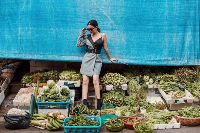 Phạm Quỳnh Anh tạo dáng sexy giữa chợ rau ở Hà Nội - Ảnh 11.