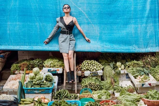 Phạm Quỳnh Anh tạo dáng sexy giữa chợ rau ở Hà Nội - Ảnh 12.