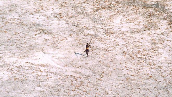 Sự thật bộ tộc bí ẩn thấy người lạ là giết trên hòn đảo cấm ở Ấn Độ - Ảnh 2.