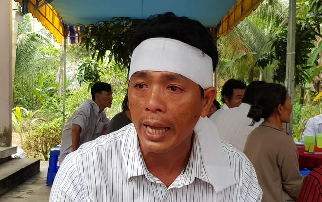 Vụ lật xe bồn chở xăng 6 người chết ở Bình Phước: Nhiều người bật khóc khi thấy quan tài 3 mẹ con nằm cạnh nhau - Ảnh 1.
