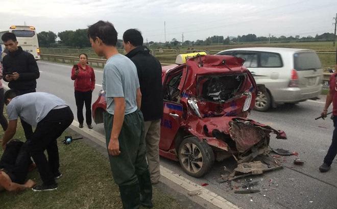 Tài xế xe tải gặp nạn vừa được đưa lên taxi tiếp tục bị xe khác đâm trúng