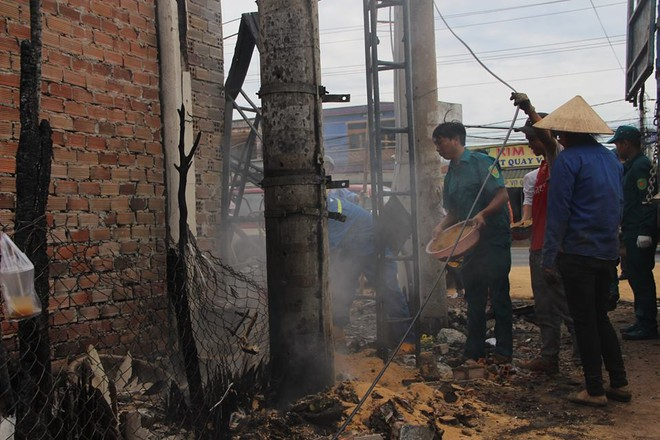 Đám cháy lại bốc lên sau vụ lật xe bồn chở xăng 6 người chết ở Bình Phước - Ảnh 1.