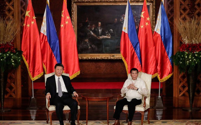 """Ông Tập gặp ông Duterte: Philippines dậy sóng vì """"bức tranh điềm gở"""" và vị trí """"lạ"""" của quốc kỳ"""