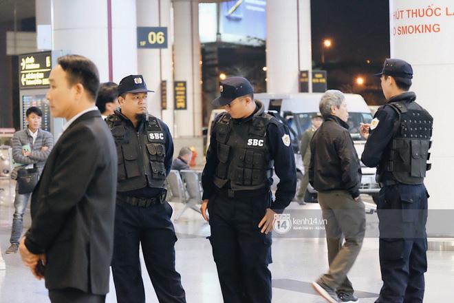 Nữ thần sắc đẹp xứ Hàn Kim Tae Hee đẹp rạng rỡ, được cả đội vệ sĩ hùng hậu hộ tống tại sân bay Nội Bài - Ảnh 1.