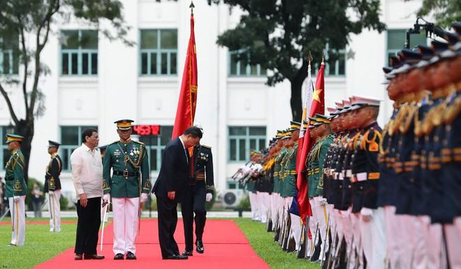 Ông Tập gặp ông Duterte: Philippines dậy sóng vì bức tranh điềm gở và vị trí lạ của quốc kỳ - Ảnh 2.