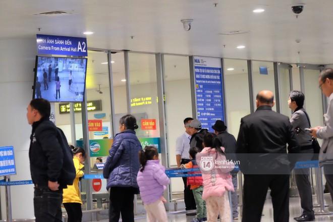 Nữ thần sắc đẹp xứ Hàn Kim Tae Hee đẹp rạng rỡ, được cả đội vệ sĩ hùng hậu hộ tống tại sân bay Nội Bài - Ảnh 4.