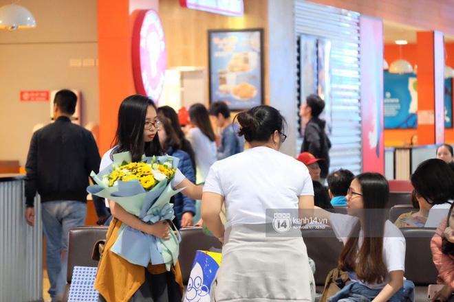 Nữ thần sắc đẹp xứ Hàn Kim Tae Hee đẹp rạng rỡ, được cả đội vệ sĩ hùng hậu hộ tống tại sân bay Nội Bài - Ảnh 5.