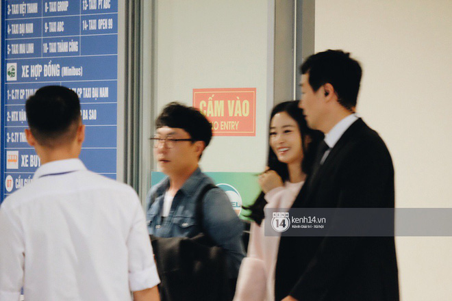 Nữ thần sắc đẹp xứ Hàn Kim Tae Hee đẹp rạng rỡ, được cả đội vệ sĩ hùng hậu hộ tống tại sân bay Nội Bài - Ảnh 7.
