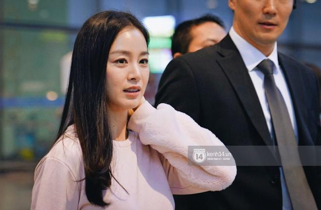 Nữ thần sắc đẹp xứ Hàn Kim Tae Hee đẹp rạng rỡ, được cả đội vệ sĩ hùng hậu hộ tống tại sân bay Nội Bài - Ảnh 8.