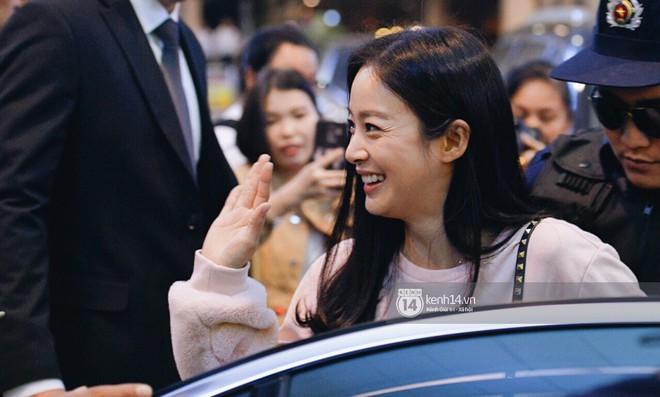 Nữ thần sắc đẹp xứ Hàn Kim Tae Hee đẹp rạng rỡ, được cả đội vệ sĩ hùng hậu hộ tống tại sân bay Nội Bài - Ảnh 9.