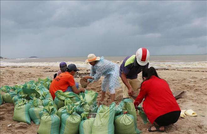 """Bão số 9: Dấu hiệu bất thường"""" ở đảo Phú Quý, hàng nghìn người dân Nha Trang rời làng - Ảnh 2."""
