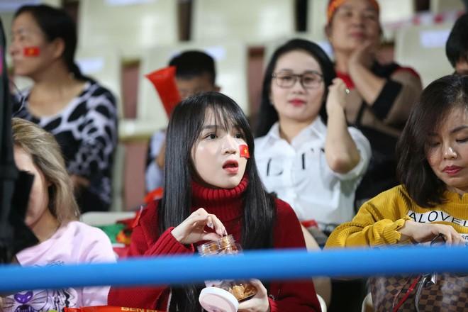 Khán giả nhanh tay chụp màn hình, xuýt xoa với nhan sắc hàng loạt cô gái trên Hàng Đẫy - Ảnh 2.