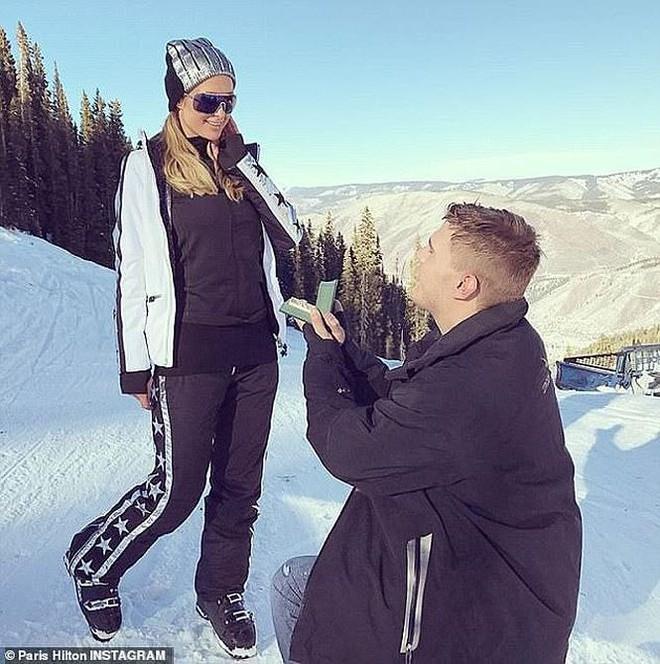 Paris Hilton bị bạn trai đòi nhẫn đính hôn 2 triệu USD dù không mua   - Ảnh 1.