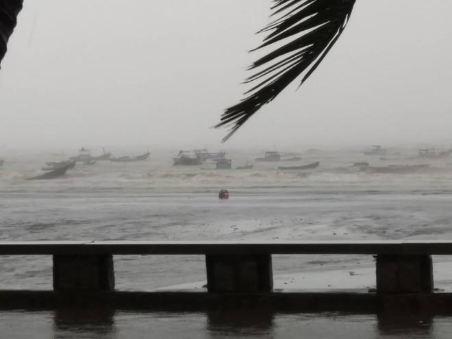 Nhiều ngư dân Vũng Tàu liều lĩnh ra biển kiểm tra tài sản giữa cơn bão số 9 quét qua - Ảnh 3.