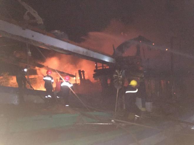 Hai tàu cá đang tránh bão ở Bến Tre bất ngờ bốc cháy, thiệt hại 2 tỷ đồng - Ảnh 1.