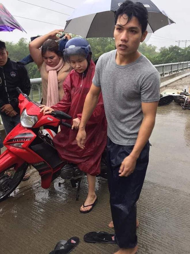 Thanh niên chạy xe máy đâm vào thành cầu, lao xuống sông và khoảnh khắc xuất thần lan tỏa khắp mạng xã hội - Ảnh 3.