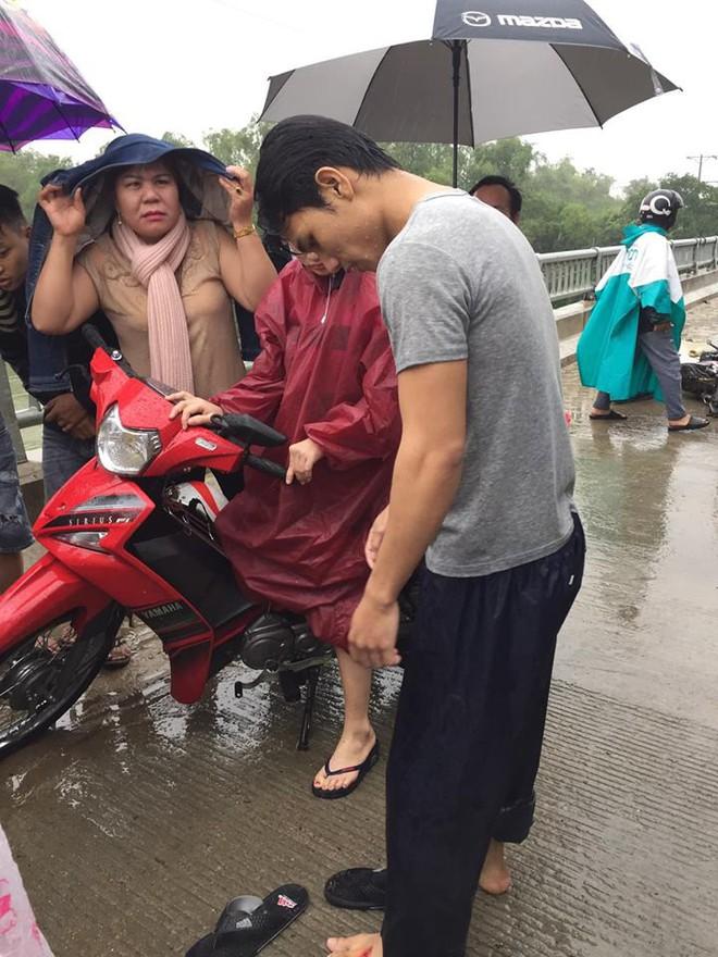 Thanh niên chạy xe máy đâm vào thành cầu, lao xuống sông và khoảnh khắc xuất thần lan tỏa khắp mạng xã hội - Ảnh 4.