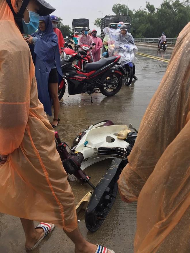 Thanh niên chạy xe máy đâm vào thành cầu, lao xuống sông và khoảnh khắc xuất thần lan tỏa khắp mạng xã hội - Ảnh 2.